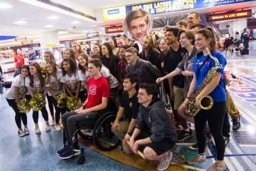 Mark Wilbourne, en rojo, posa para una foto durante una fiesta de bienvenida en el Aeropuerto I ...