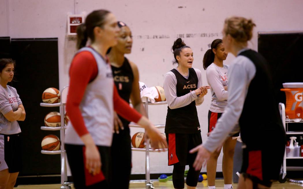 La escolta Kayla McBride (21) de Las Vegas Aces, alienta a sus compañeras de equipo durante la ...