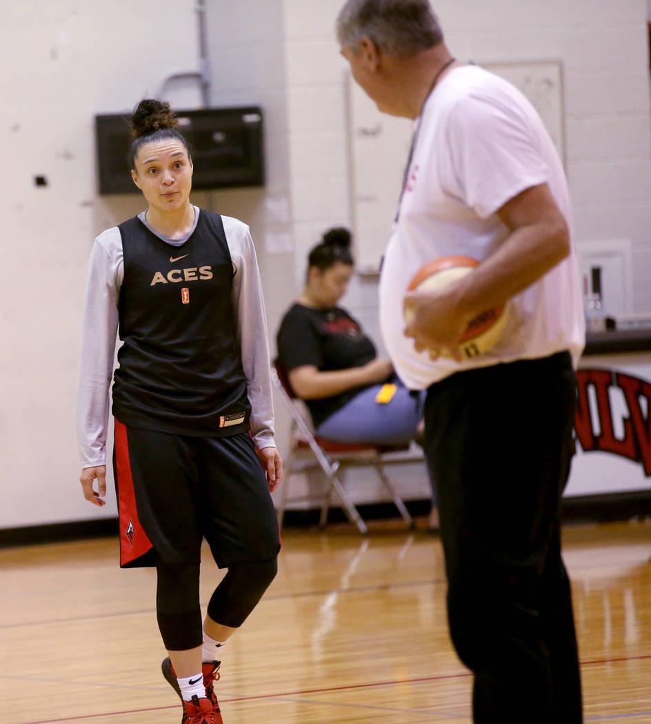 La escolta de las Aces de Las Vegas, Kayla McBride (21), recibe instrucciones del entrenador Bi ...