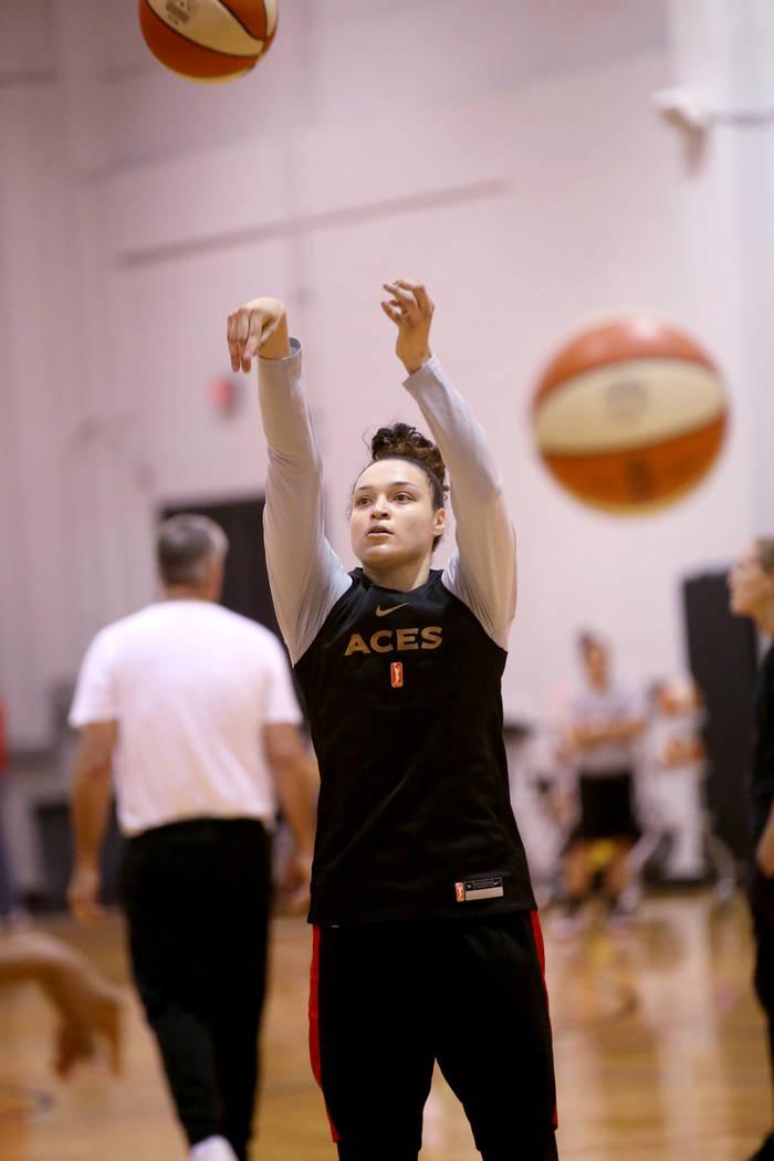Kayla McBride (21), escolta de las Aces de Las Vegas, lanza durante la práctica en Cox Pavilio ...