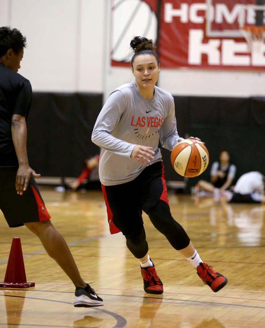 Kayla McBride (21), escolta de las Aces de Las Vegas, realiza un ejercicio con la entrenadora a ...