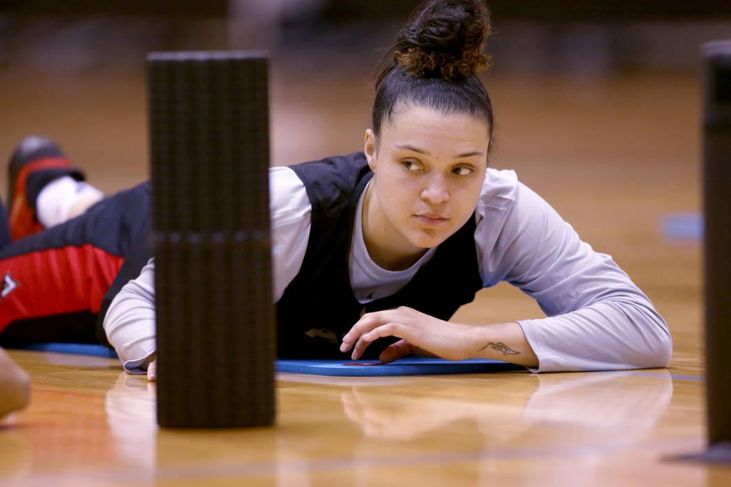 Kayla McBride (21), escolta de las Aces de Las Vegas, se estira antes de la práctica en Cox Pa ...