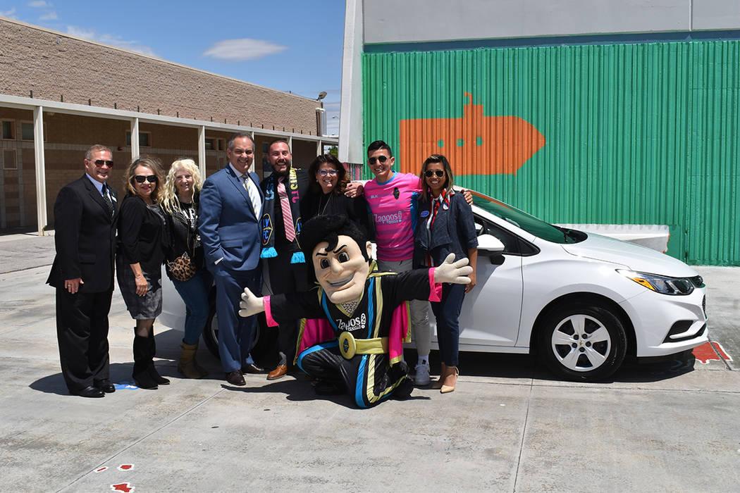 El ganador del auto, fue el especialista de arte Greg Winiewicz, aquí con la mascota de Las Ve ...