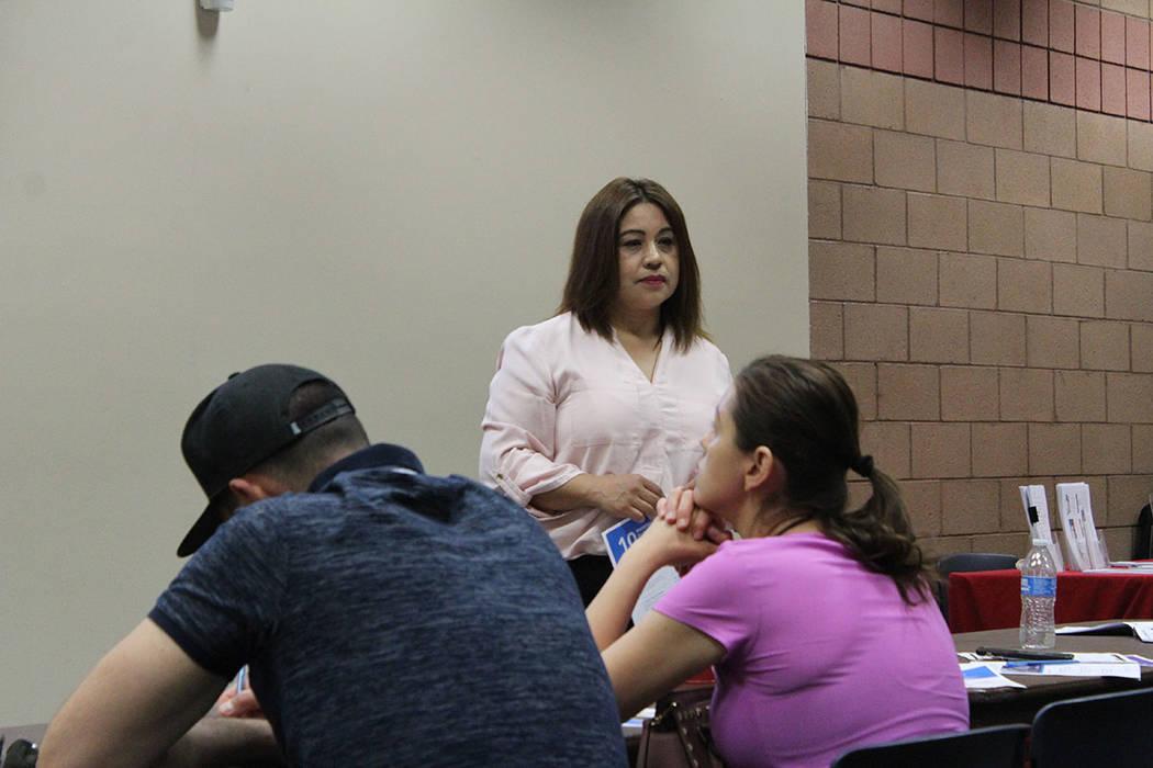 Selene Lozada, coordinadora comunitaria de Opportunity 180, dijo que lo normal es inscribir a l ...