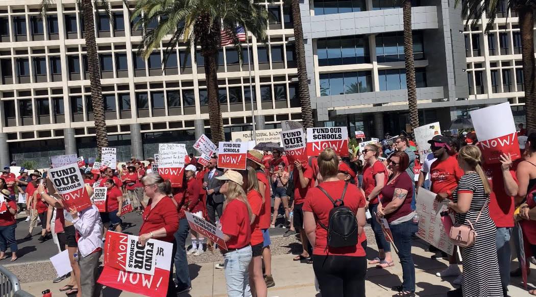 Miles de educadores, padres y estudiantes se reúnen para pedir fondos adicionales para la educ ...