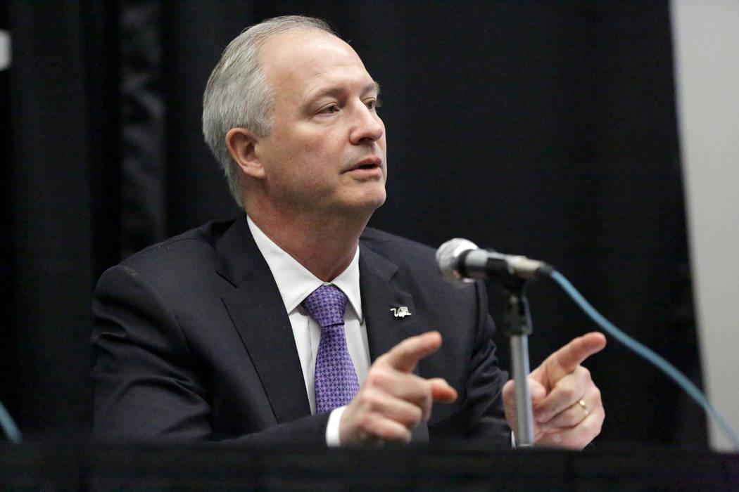 El director ejecutivo de la LVCVA, Steve Hill, anuncia la recomendación de que Boring Company ...
