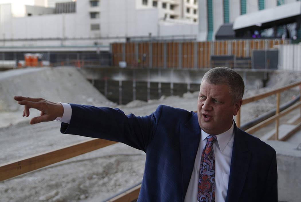 El magnate de casinos Derek Stevens realiza una gira donde se está construyendo Circa en el ce ...