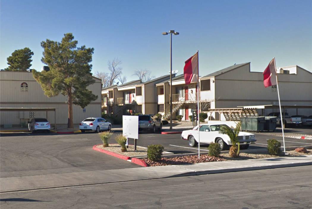 La policía investiga en el complejo de apartamentos Sunset Terrace, en 2855 N. Walnut Road, en ...