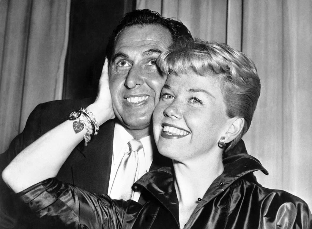 La actriz y cantante de cine Doris Day, posa con su esposo y agente Martin Melcher en su hotel ...