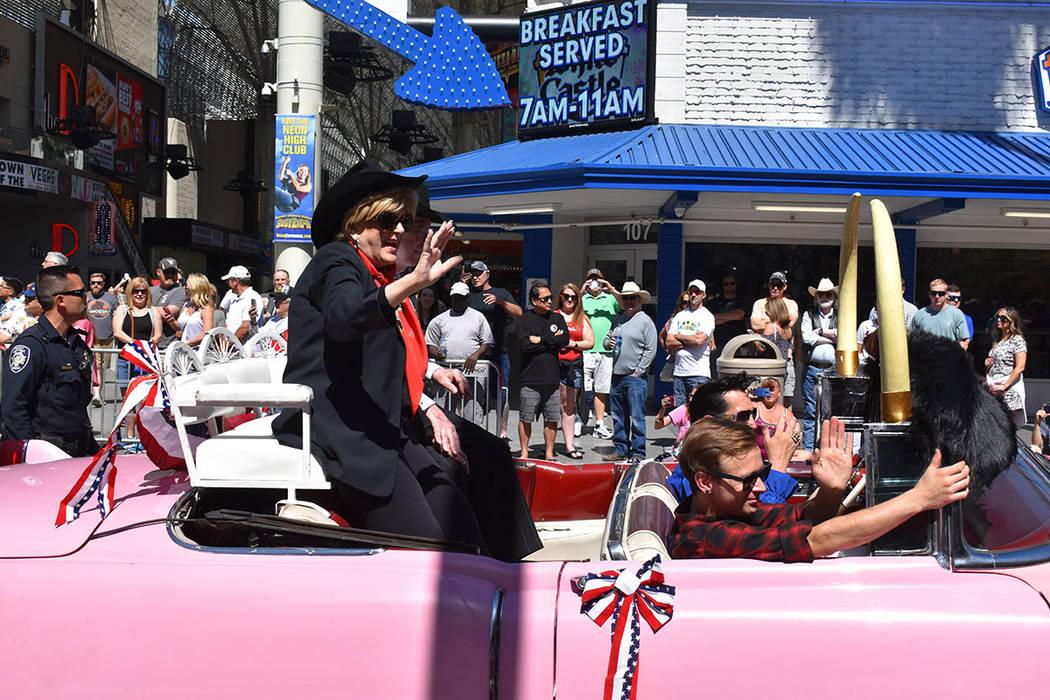 La alcaldesa de la Ciudad de Las Vegas, Carolyn Goodman, acompañada de su esposo Óscar, encab ...