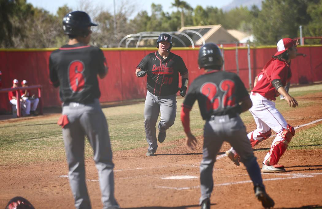 El primera base de Las Vegas, Trevor Johnson (20) anota una carrera durante un juego de béisbo ...