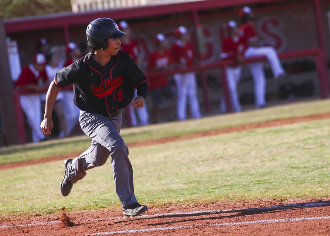 José Martínez (9) de Las Vegas, corre a primera base durante un juego de béisbol en Arbor Vi ...