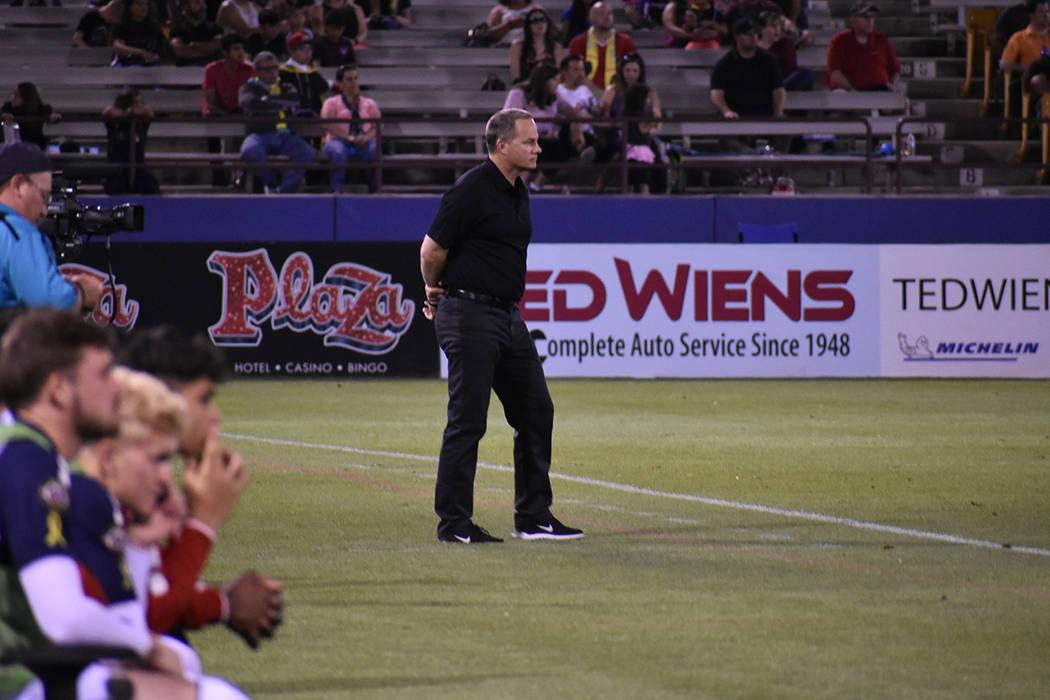 El entrenador de Las Vegas Lights FC, Eric Wynalda, observa el desempeño de su equipo contra C ...