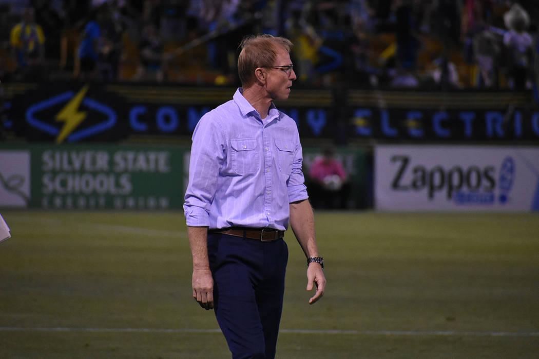 El entrenador de olorado Springs Switchbacks FC, Steve Trittschuh, observa el desempeño de su ...
