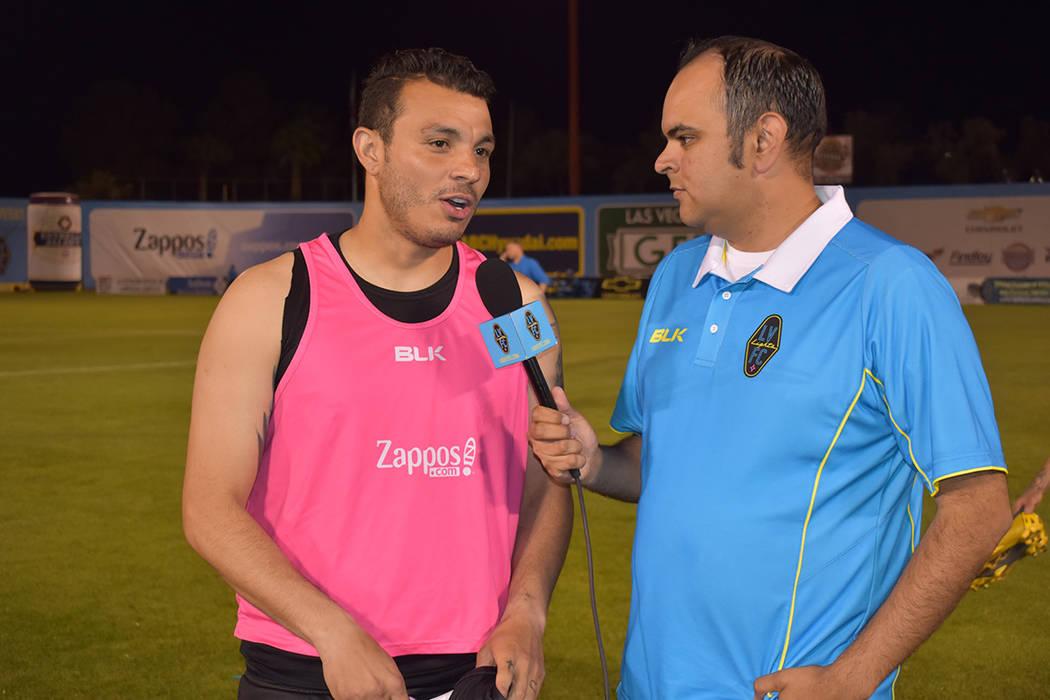 Samuel Ochoa (9) anotó su segundo gol de la temporada, aquí en entrevista con Harry Ruiz, dir ...
