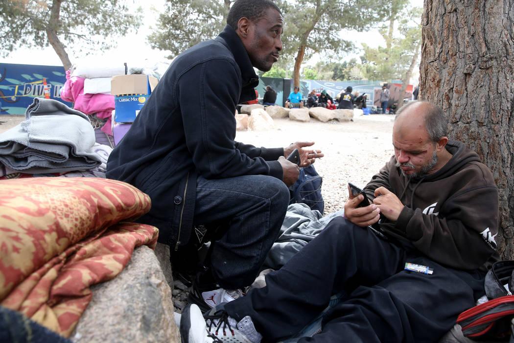 Hatchet habla con un reportero en el Centro de Recursos para Personas sin Hogar en el Patio de ...
