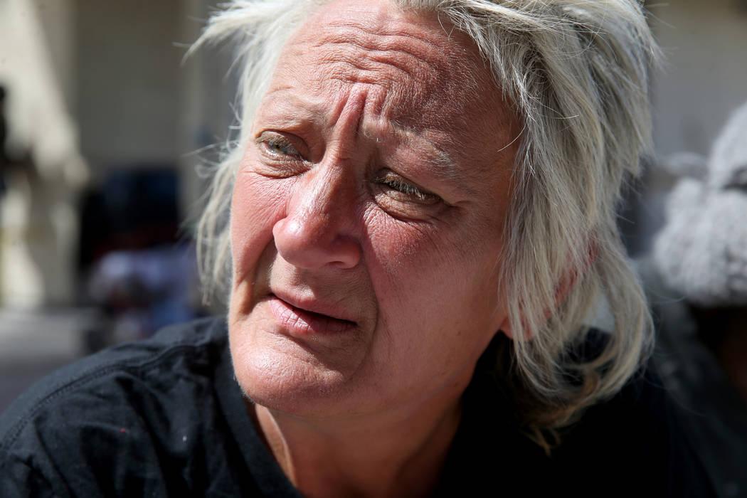 Natoma Zagala, de 53 años, habla con un reportero en el Centro de Recursos para Personas sin H ...