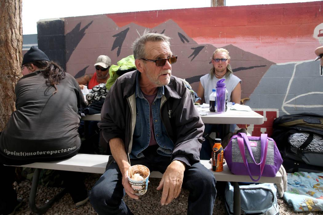 Mike Brennan, de 66 años, habla con un reportero en el Centro de Recursos para Personas sin Ho ...