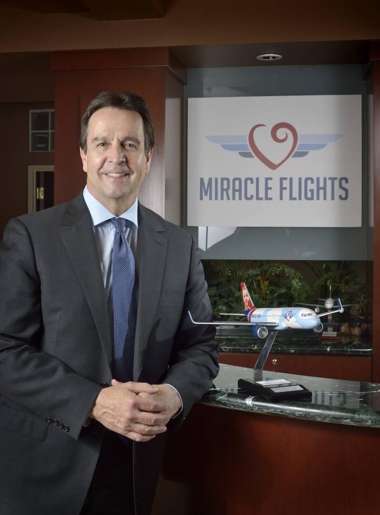 Mark Brown, CEO de Miracle Flights, se presenta en las oficinas de la organización en 5740 S. ...