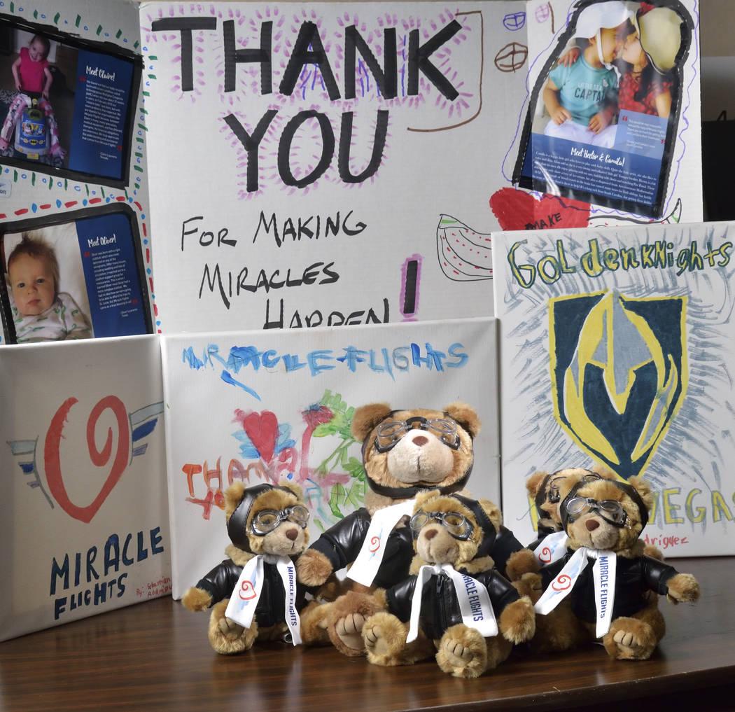 Las mascotas de Miles the Bear y un cartel de agradecimiento y pinturas se muestran en las ofic ...