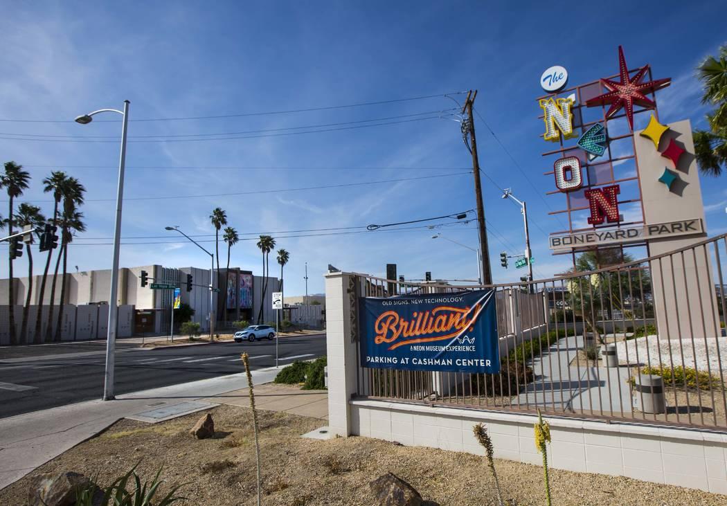 El Reed Whipple Cultural Center, a la izquierda, ubicado frente al Neon Museum a lo largo de La ...