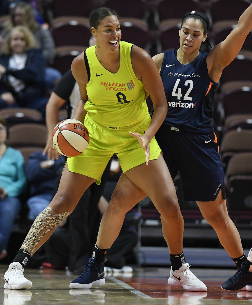 Liz Cambage de Dallas Wings, a la izquierda, y Brionna Jones de Connecticut Sun durante un part ...