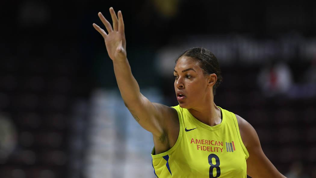 Liz Cambage de las Dallas Wings durante un partido de baloncesto de la WNBA de pretemporada, el ...