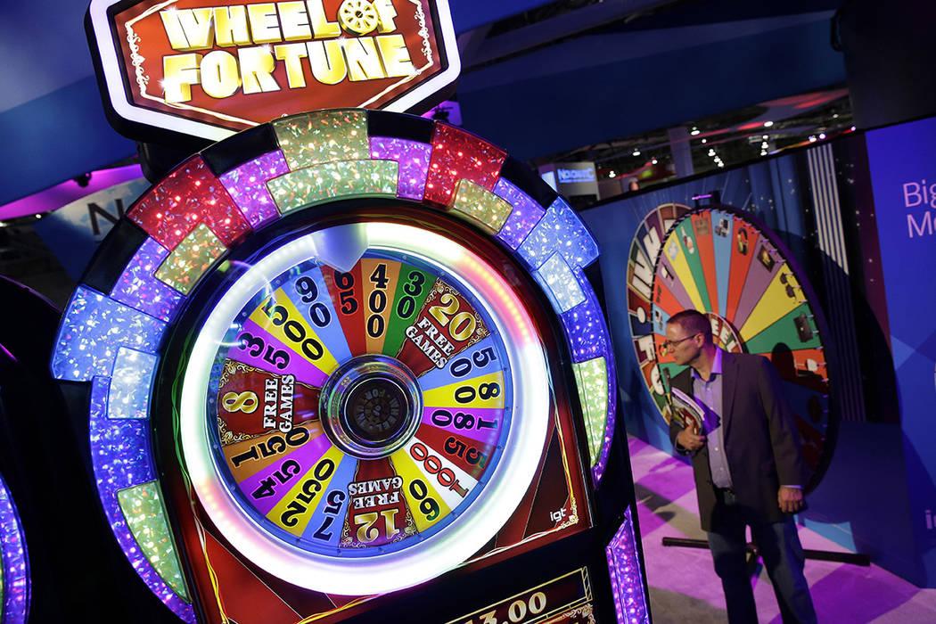 Una máquina tragamonedas Wheel of Fortune se ve en el stand de IGT durante la Global Gaming Ex ...