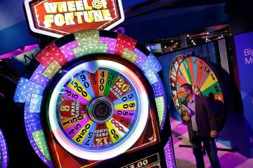 Una máquina tragamonedas Wheel of Fortune se ve en el stand de IGT durante la Global Gaming Ex ...