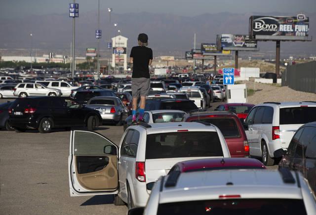 El tráfico que conduce a la carretera Interestatal 15 está detenida por millas al final del p ...