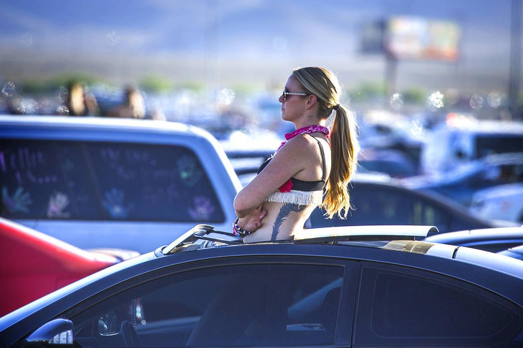 Un fan espera que el tráfico se mueva en el estacionamiento de Las Vegas Speedway después de ...