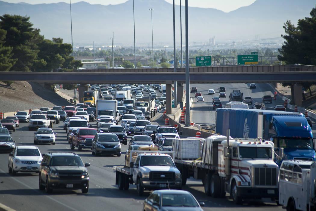 El tráfico está detenido en la carretera Interestatal 15 en dirección sur en el centro de La ...