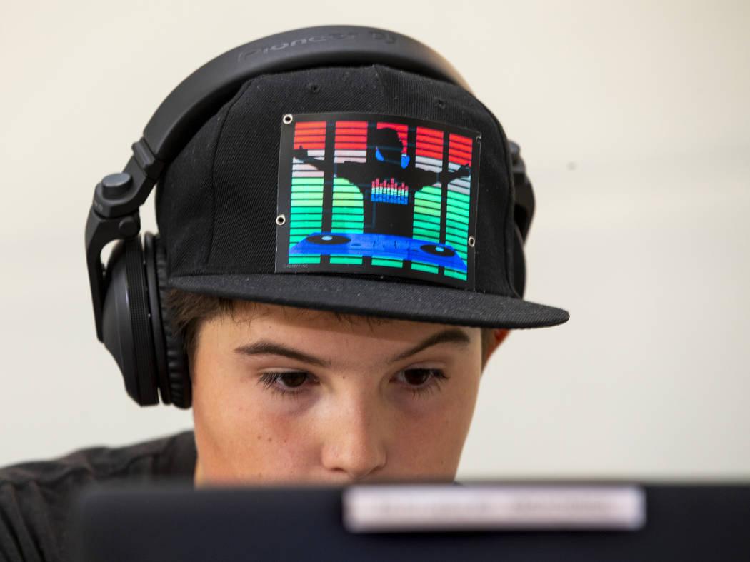 DJ Snake Fangs toca para los viajeros, incluidos los visitantes al EDC que llegan a través de ...