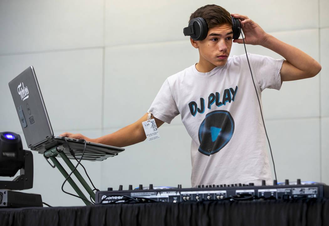 DJ Play se presenta para los viajeros, incluidos los visitantes al EDC que llegan a través de ...