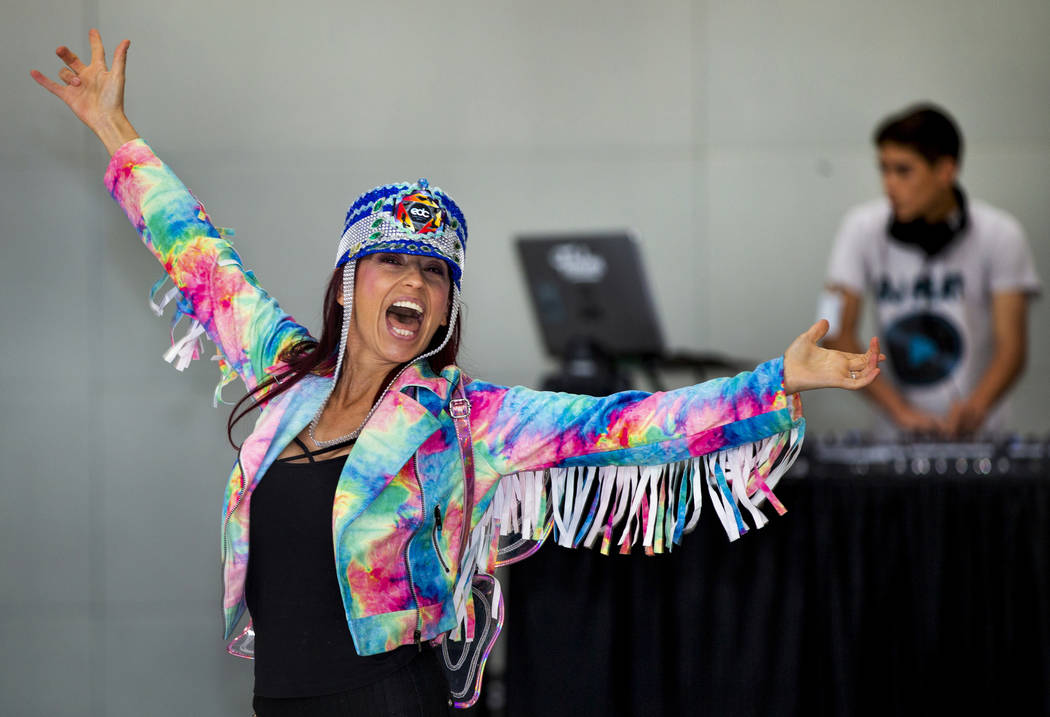La viajera de Carolina del Norte, Carolina Woodruff de Jacksonville, Florida, baila mientras DJ ...