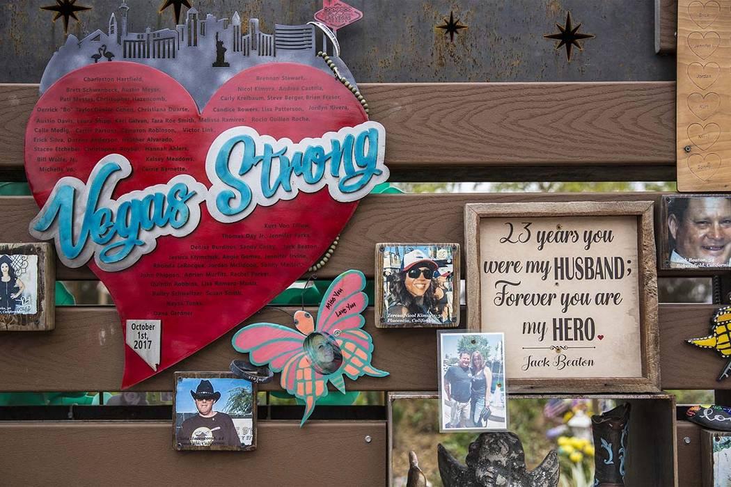 Un muro en honor a las víctimas del festival Route 91 Harvest que se alzó en el Jardín de Sa ...