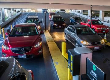 Los autos hacen fila para pagar el estacionamiento en MGM Grand el jueves 16 de mayo de 2019, e ...