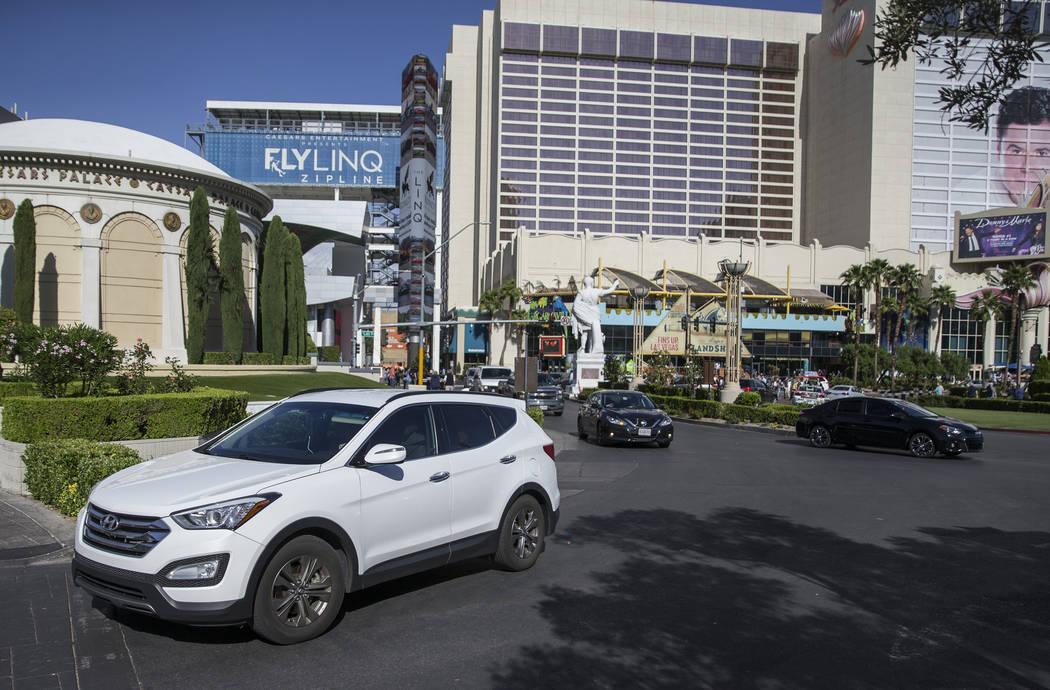 Los autos se estacionan en el carril de estacionamiento del Caesars Palace el jueves, 16 de may ...