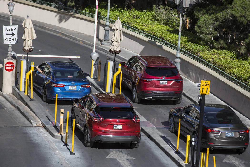 Los autos hacen fila para pagar el estacionamiento en Bellagio el jueves 16 de mayo de 2019, en ...