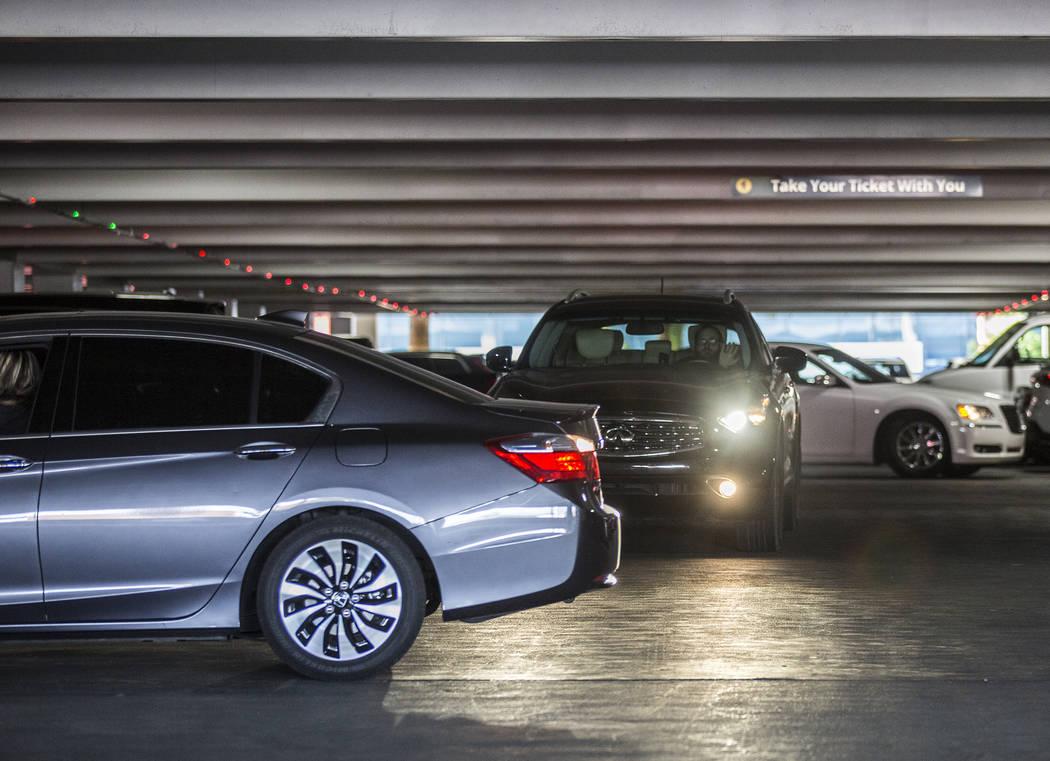 Los autos salen del estacionamiento de autoservicio MGM Grand el jueves, 16 de mayo de 2019, en ...
