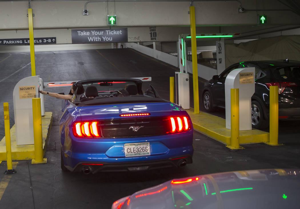 Los autos ingresan por la entrada principal del Caesars Palace el jueves 16 de mayo de 2019, en ...
