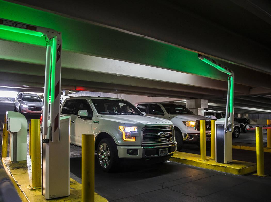 Los autos salen del Caesars Palace el jueves, 16 de mayo de 2019, en Las Vegas. (Las Vegas Revi ...