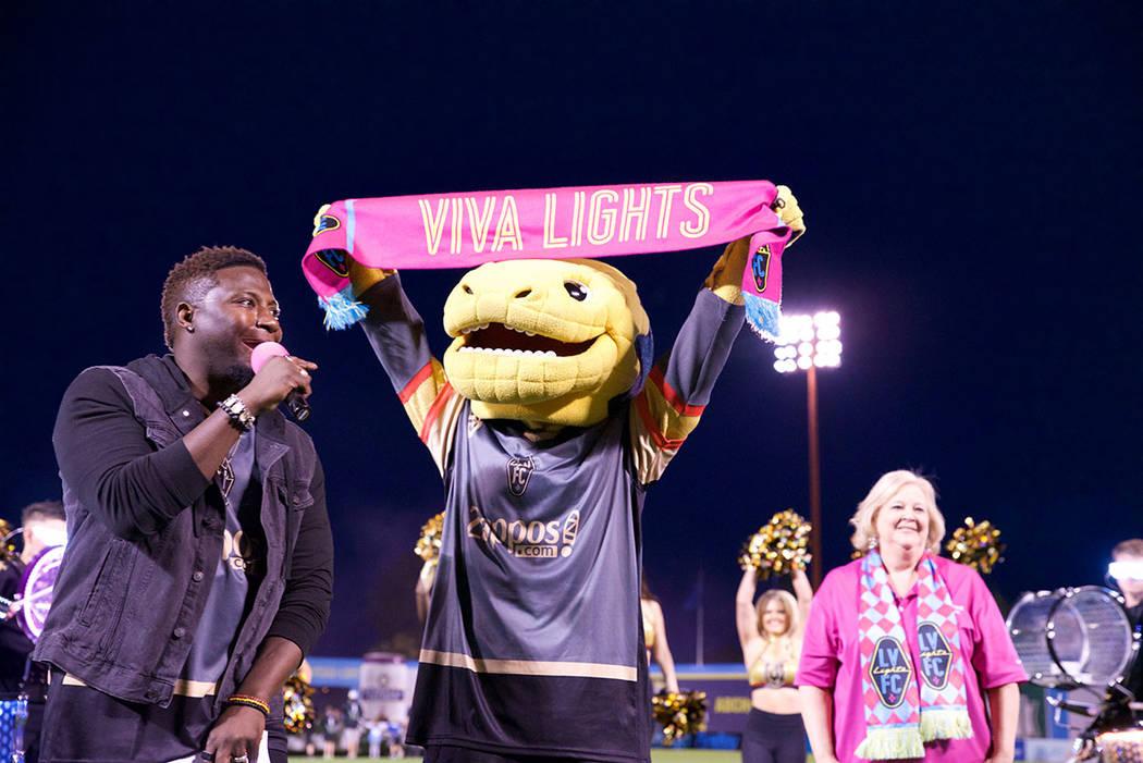 La mascota de los Vegas Golden Knights, Chance, levanta su Bufanda Rosa. Foto Cortesía Las Veg ...
