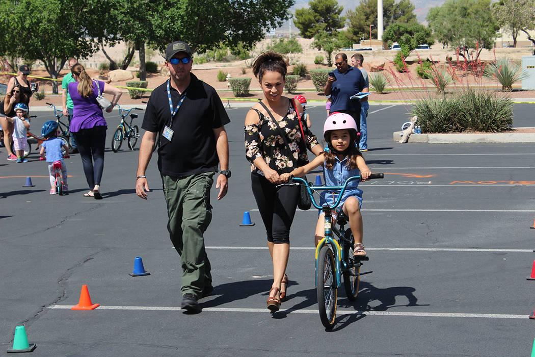 Chicos y grandes deben de utilizar su casco al montar bicicleta. Sábado 18 de mayo de 2019 en ...