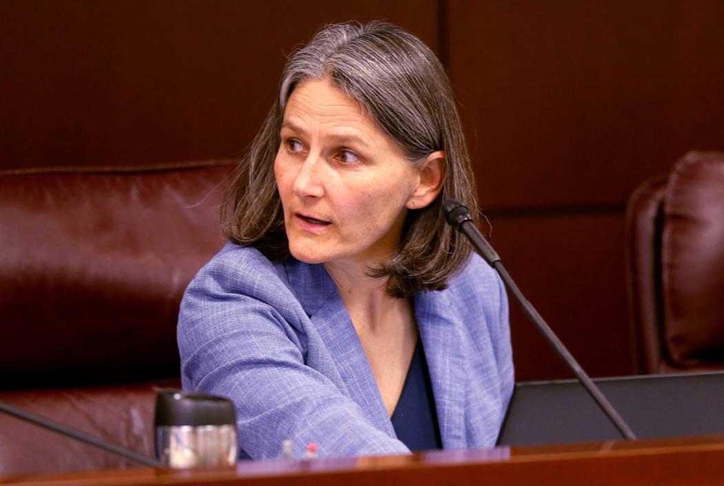 La senadora Julia Ratti, demócrata por Sparks, dirige una reunión del Comité de Salud y Serv ...