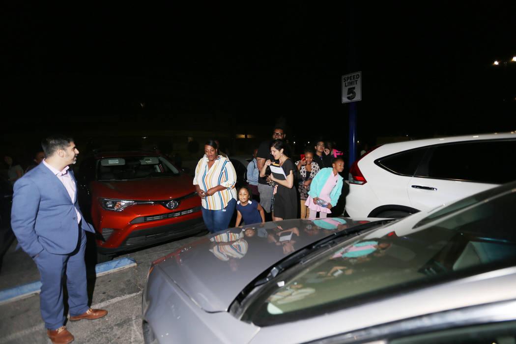 El director John Anzalone, a la izquierda, espera a que Tyria Smith vea su nuevo auto en la pre ...