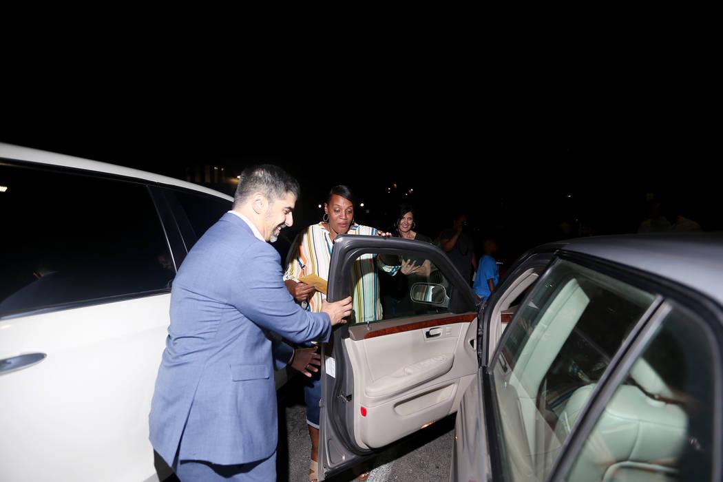 El director John Anzalone abre la puerta a Tyria Smith para su nuevo auto en Sierra Vista High ...