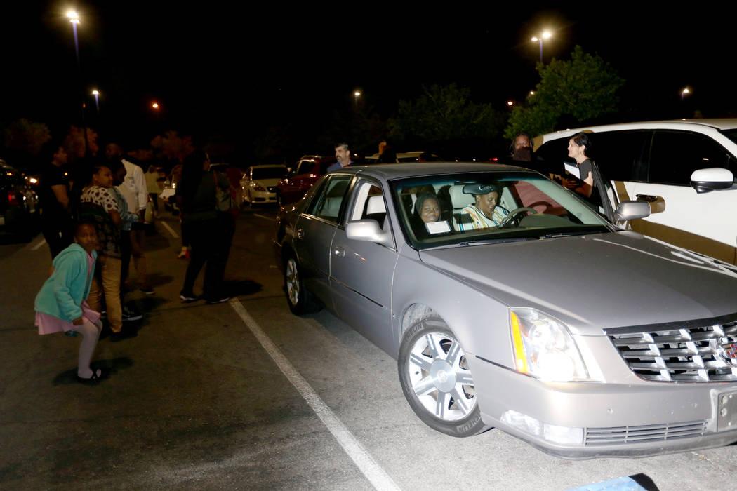 Tyria Smith aprecia su nuevo automóvil en la preparatoria Sierra Vista en Las Vegas, el jueves ...