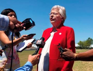 La gobernadora de Alabama, Kay Ivey, analiza un proyecto de ley que prácticamente prohibiría ...