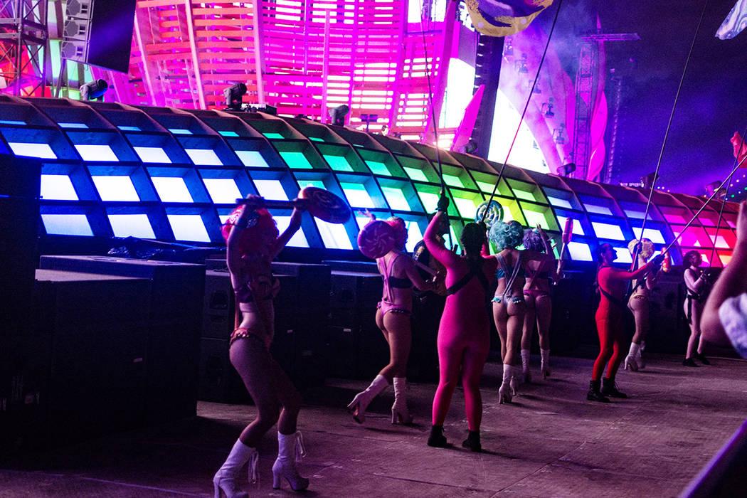 Distintos grupos de animación interactuaron con los asistentes durante el evento EDC Las Vegas ...